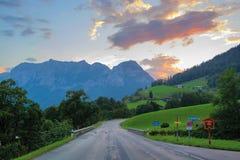 Strada di Alpenstrasse in alpi tedesche vicino a Ramsau nel tramonto Fotografie Stock Libere da Diritti