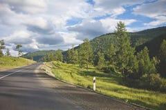 Strada di Altai della montagna Tratto di Chuysk Paesaggio di ESTATE Immagine Stock