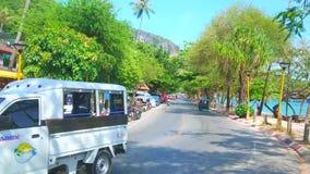 Strada di Ao Nang, Krabi, Tailandia video d archivio