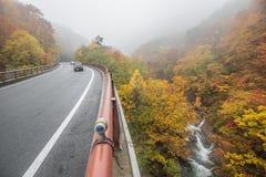 Strada di autunno con l'automobile nel Giappone Fotografie Stock