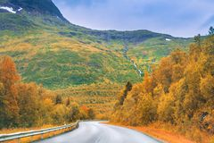 Strada di autunno in montagne Fotografia Stock Libera da Diritti