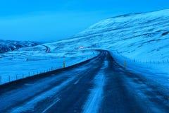Strada di bobina al crepuscolo nell'inverno Immagini Stock