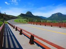 Strada di bobina attraverso le montagne Fotografia Stock