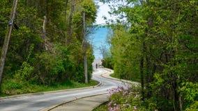Strada di bobina che conduce al lago fotografia stock libera da diritti