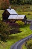 Strada di bobina e granaio ad un'azienda agricola - autunno/caduta - Woodstock, Vermont Fotografia Stock