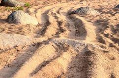 Strada di bobina fra le pietre Immagine Stock