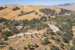 Strada di bobina nella regione selvaggia di California immagine stock libera da diritti