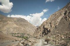 Strada di bobina nella valle di Kul del figlio, provincia di Naryn, Kirghizistan Fotografia Stock Libera da Diritti
