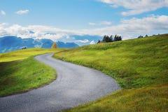 Strada di bobina nelle alpi svizzere Immagine Stock