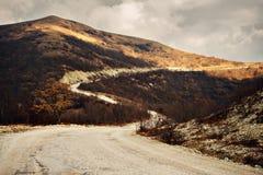 Strada di bobina nelle montagne Immagine Stock