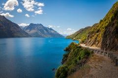 Strada di bobina scenica nel lago Wakatipu, Nuova Zelanda Fotografia Stock Libera da Diritti