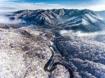 Strada di bobina verso la metà dell'inverno in un passaggio di alta montagna Fotografie Stock Libere da Diritti