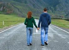 Strada di camminata di Altai delle coppie Immagini Stock Libere da Diritti
