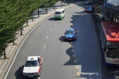Strada di città di chilolitro con il taxi a, il bus ed il furgone fotografia stock libera da diritti