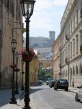 Strada di città con dopo tutto un castello appollaiato a Gaeta in Italia Immagini Stock Libere da Diritti