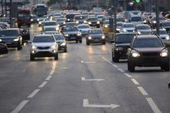 Strada di città con i veicoli Fotografia Stock