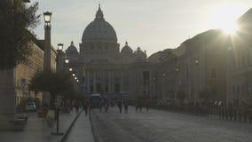 Strada di conciliazione che conduce al quadrato di St Peter con la chiesa e l'obelisco video d archivio