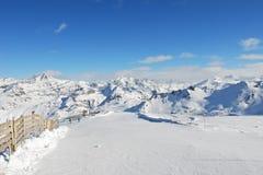 Strada di corsa con gli sci sul pendio della neve della montagna nella regione di Paradiski Fotografia Stock Libera da Diritti