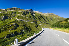 Strada di Furkapass in alpi svizzere, Svizzera Immagini Stock Libere da Diritti