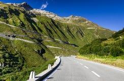 Strada di Furkapass in alpi svizzere, Svizzera Fotografia Stock