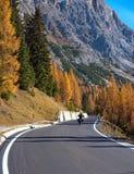 Strada di giri del motociclista nella caduta delle alpi Fotografia Stock