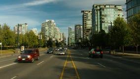 Strada di grande traffico di Timelapse con le automobili al left&right stock footage