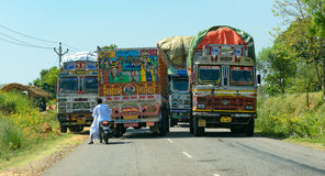 Strada di grande traffico in India, con i camion ed il motociclo Fotografia Stock
