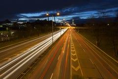 Strada di grande traffico a Monaco di Baviera, Germania, alla notte Immagine Stock Libera da Diritti