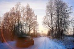 Strada di inverno con l'automobile Fotografia Stock