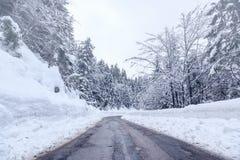 Strada di inverno di Snowy in Julian Alps Fotografie Stock Libere da Diritti