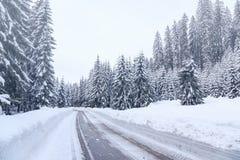 Strada di inverno di Snowy in Julian Alps Fotografia Stock Libera da Diritti