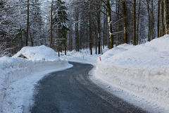 Strada di inverno di Snowy in Julian Alps Immagine Stock