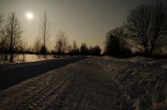 Strada di inverno nella luce della luna immagini stock libere da diritti