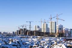 Strada di inverno su un fondo di costruzione di nuove case Immagine Stock