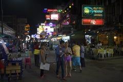 Strada di Khao San di vita notturna di viaggiatore con zaino e sacco a pelo di Bangkok Fotografia Stock Libera da Diritti