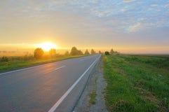 Strada di mattina attraverso il campo Immagini Stock