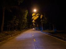 Strada di notte di Ko Phangan immagine stock