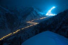 Strada di notte in montagne Fotografie Stock