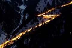 Strada di notte in montagne di inverno Fotografia Stock