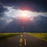 Strada di paesaggio, nubi e raggio del dio Fotografie Stock Libere da Diritti