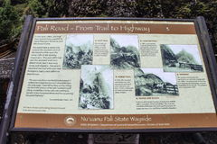 Strada di Pali - dalla traccia al segno della strada principale all'allerta di Pali di uana del ` del NU Immagini Stock Libere da Diritti