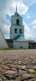Strada di pietra ad un belltower Immagine Stock