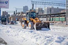Strada di pulizia del caricatore da neve Immagini Stock Libere da Diritti
