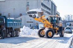 Strada di pulizia del caricatore da neve Immagine Stock