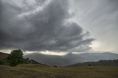 Strada di riciclaggio della montagna Strada della montagna nebbiosa in alte montagne Cielo nuvoloso con la strada della montagna  Immagine Stock