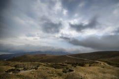 Strada di riciclaggio della montagna Strada della montagna nebbiosa in alte montagne Cielo nuvoloso con la strada della montagna  Fotografia Stock Libera da Diritti