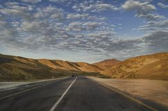 Strada di riciclaggio della montagna Strada della montagna nebbiosa in alte montagne Cielo nuvoloso con la strada della montagna  Fotografia Stock