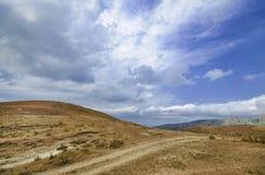 Strada di riciclaggio della montagna Strada della montagna nebbiosa in alte montagne Cielo nuvoloso con la strada della montagna  Immagini Stock Libere da Diritti