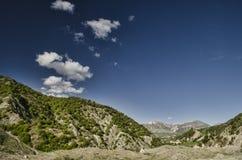 Strada di riciclaggio della montagna Strada della montagna nebbiosa in alte montagne Cielo nuvoloso con la strada della montagna  Immagine Stock Libera da Diritti