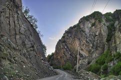 Strada di riciclaggio della montagna Strada della montagna nebbiosa in alte montagne Cielo nuvoloso con la strada della montagna  Fotografie Stock Libere da Diritti